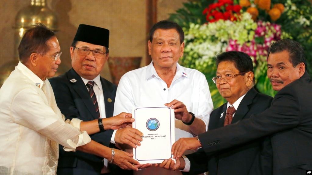 Tổng thống Philippines Rodrigo Duterte (giữa) và các bộ trưởng, ngày 17/7/2017.