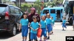 Pegiat lintas iman, Asifa Khoirunnisa, mendampingi para pelajar BPK Penabur dalam 'Jelajah Jalur Bhinneka' di Bandung, Jumat, 15 November 2019. (Foto: Rio Tuasikal/VOA)