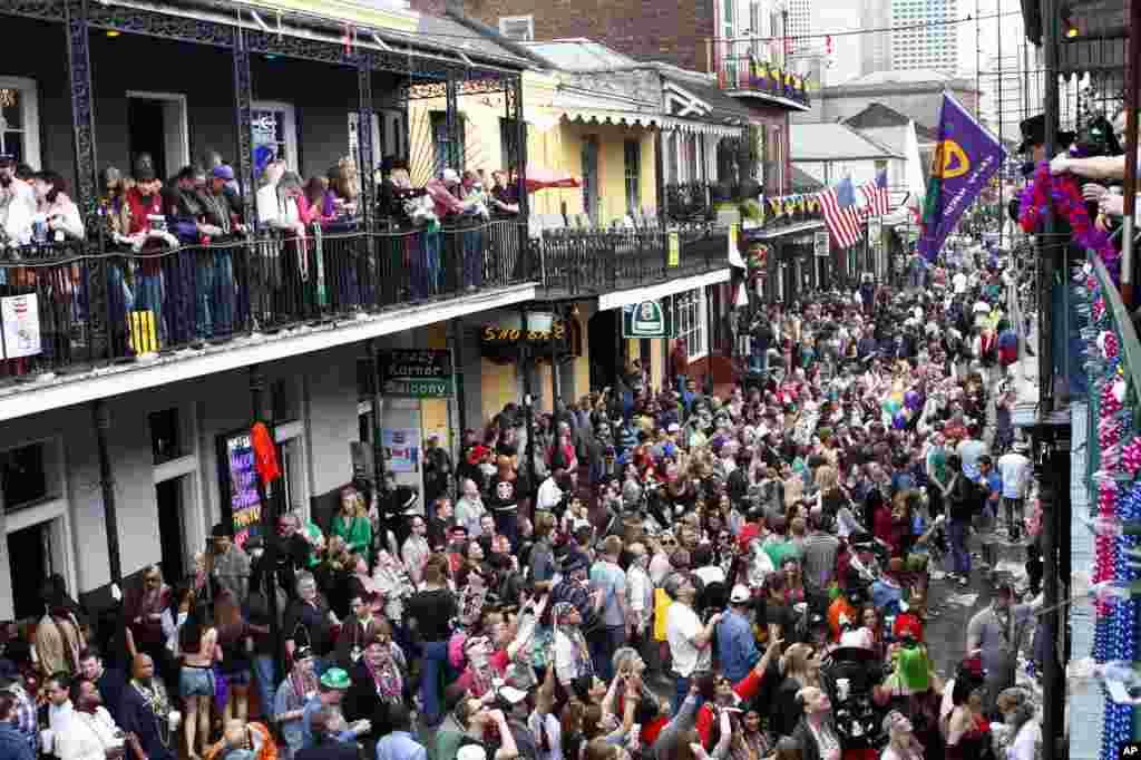 La calle Bourbon durante las celebraciones del Mardi Gras.