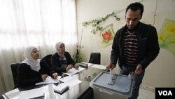 Warga Suriah memberikan suara di ibukota Damaskus dalam pemilihan anggota dewan kota (12/12).