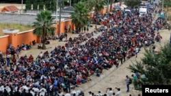 成千上萬試圖徒步走到美國的洪都拉斯移民在危地馬拉的瓦多宏度鎮被安全部隊阻截。(2021年1月17日)
