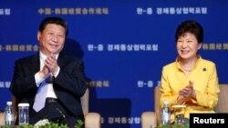 한국을 방문한 시진핑 중국 국가주석(왼쪽)이 박근혜 한국 대통령과 함께 4일 열린 '한-중 경제통상협력포럼'에 참석했다.