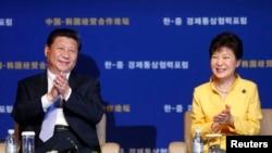 한국을 방문한 시진핑 중국 국가주석(왼쪽)이 박근혜 한국 대통령과 함께 지난 7월 열린 '한-중 경제통상협력포럼'에 참석했다.