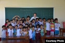 Cô Caroline chụp cùng các em học sinh