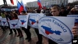 Người ủng hộ Nga xuống đường tuần hành với biểu ngữ 'Vì tương lai của bán đảo Crimea ở Nga'.