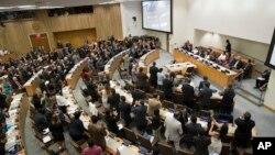 7일 유엔 총회에서 '핵무기금지협약'을 채택한 후 각 국 대표들이 기립박수를 치고 있다.