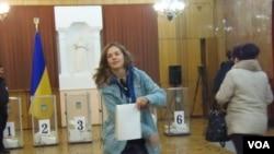 乌克兰加入北约会引起俄罗斯激烈反应,很多乌克兰侨民目前在俄罗斯定居。2014年乌克兰议会选举时,乌克兰侨民在莫斯科的乌克兰大使馆投票。(美国之音白桦拍摄)