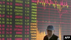 Bảng giá chứng khoán tại một công ty chứng khoán tư ở Thượng Hải, Trung Quốc.