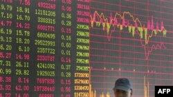 Bảng giá chứng khoán tại một công ty chứng khoán tư ở Thượng Hải, Trung Quốc