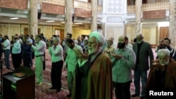 Jemaah sebuah masjid di Teheran, Iran, menjaga jarak saat melakukan salat, di tengah pandemi corona, 30 April 2020. (Foto: WANA (West Asia News Agency)/Ali Khara via REUTERS ).