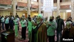 تہران کی ایک مسجد میں نمازی فاصلہ برقرار رکھتے ہوئے نماز ادا کر رہے ہیں۔