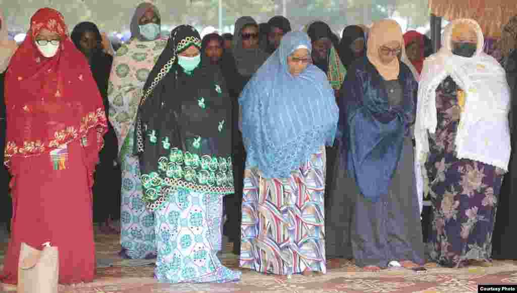 Makamu wa Rais Samia akijumuika na wananchi wa Zanzibar katika sala ya kuuaga mwili wa Maalim Seif.