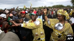 Le président zimbabwéen Robert Mugabe, au centre, avec son épouse Grace à Tsholotsho, son village natal, Zimbabwe, 23 mars 2005.