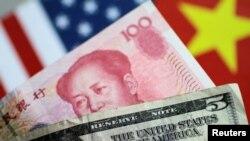 Uang kertas dolar dan yuan, 2 Juni 2017. (Foto: Reuters)