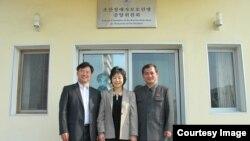 북한 장애 학생들의 유럽 공연에 동행할 예정인 북한 장애인 연맹 김문철 부위원장(오른쪽), 북한 장애자체육협회 이분희 서기장(가운데)과 '두라 인터내셔널'의 이석희 목사. 지난 7월 이분희 서기장이 교통사고를 당하기 전에 촬영한 사진이다. 두라 인터내셔널 제공.