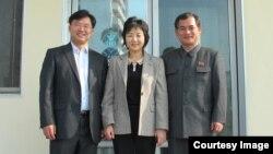 유럽 공연에 참여하는 북한 대표단인 북한 장애인 연맹의 김문철 부위원장(오른쪽), 북한 장애자체육협회 이분희 서기장(가운데)과 '두라 인터내셔널'의 이석희 목사. 두라 인터내셔널 사진 제공.