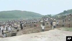 수해복구에 동원된 북한 주민들 (자료사진)