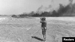 Командующий танковой дивизией Ариэль Шарон наблюдает за авиаударом на Синайском полуострове. 8 июня 1967 года