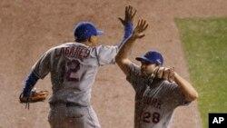 Juan Lagares (12) de los NY Mets celebra con Daniel Murphy (28) luego del tercer juego de la Serie de Campeonato de la Liga Nacional contra los Cachorros de Chicago, el martes 20 de octubre, de 2015.