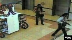 Militan Al-Shabab saat menyerang pusat perbelanjaan Westgate Mall di Kenya tahun 2013 (foto: dok).