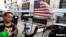 지난달 17일 쿠바 아바나의 자전거 인력거에 미국 성조기와 쿠바 국기가 나란히 걸려있다. (자료사진)