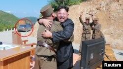 지난 4일 북한 김정은 국무위원장이 '화성-14' 신형 대륙간탄도미사일 시험발사를 참관한 모습을 찍은 사진을 관영 '조선중앙통신'이 보도했다. 사진 왼쪽에 찍힌 차량은 독일 벤츠사가 제작한 신형 S시리즈 승용차로 유엔 결의에 따라 대북 수출이 금지된 품목이다.