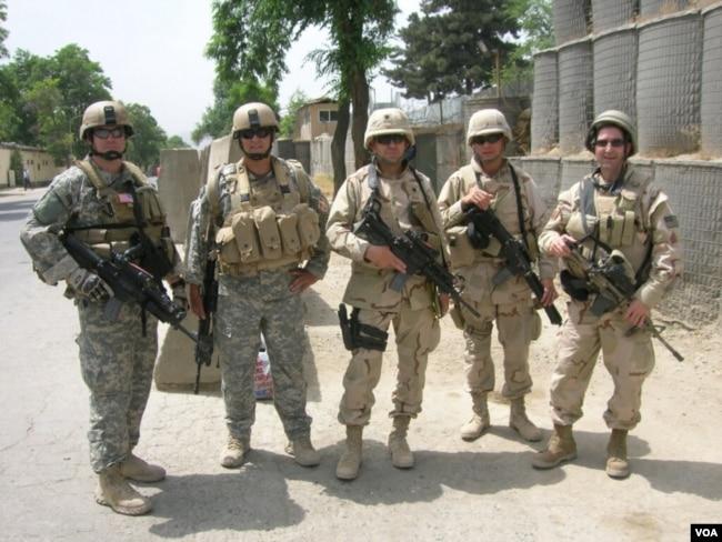 Thiếu tá Huấn (thứ hai, phải sang) trong những ngày làm việc tại Iraq. (Hình: Nguyễn Từ Huấn cung cấp)