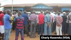Quelques personnes sont rassemblées à l'exterieur du tribunal, lors du procès des rebelles présumés ADF, à Beni, RDC, le 24 août 2016. (VOA/Charly Kasereka)