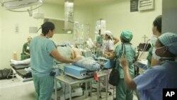 Opération chirugicale d'un patient atteint d'obésité au Guatemala, le 20 décembre 2007.