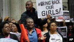 在倫敦的尼日利亞人﹐拿標語抗議女學生被綁架