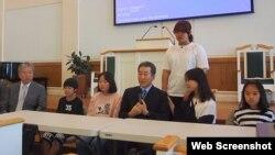 한국의 기독교 민간단체 '두리하나선교회'의 천기원 목사(가운데)와 탈북자 자녀들이 미 동북부 뉴욕에 있는 한인 교회를 방문했다. 사진출처=두리하나선교회 웹사이트.