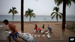 Sahilkənarı bizneslərini qasırğadan qorumaq üçün sakinlər qum torbaları daşıyır. Puerto Vallarta, Meksika, 23 oktyabr, 2015.