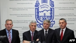 """Politicki predstavnici Albanaca sa juga Srbije Šaip Kamberi (desno) i Riza Halimi (drugi s leva) su na konferenciji za novinare u Bujanovcu situaciju opisali kao """"nepotreban politički skandal""""."""