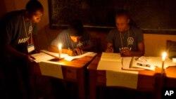 Los votos fueron comenzados a contarse a la luz de las velas en Puerto Príncipe. Los primeros resultados no se conocerán hasta una semana después, según se ha informado oficialmente.