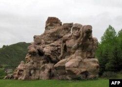 """座落在松潘县的""""红军长征纪念碑碑园"""""""