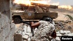 Les forces libyennes alliées à l'ONU sont en plein combat à Syrte, Libye, le 21 juillet 2016.