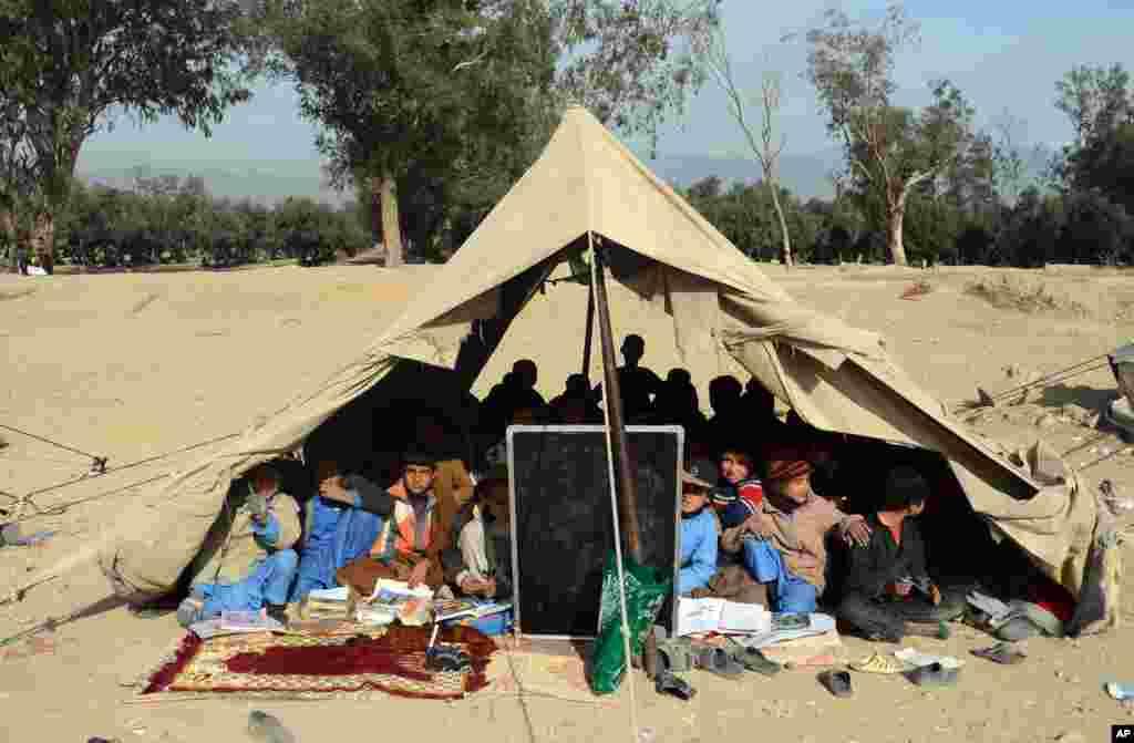 افغانستان میں قائم ایک ٹینٹ اسکول میں بچے تعلیم حاصل کر رہے ہیں۔
