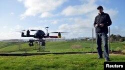 Seorang insinyur menerbangkan pesawat nirawak atau drone di kota Raglan, Selandia Baru. (Foto: Ilustrasi)