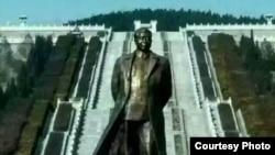 华国锋铜像 (图片来自互联网)