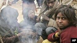 အိႏိၵယႏိုင္ငံ၊ Gurgaon ၿမိဳ႕က ေဆာက္လုပ္ေရးေနရာတခုအနီး ခ်ိဳ႕ခ်ိဳ႕တဲ့တဲ့ ေနထိုင္ေနၾကရသည့္ ဆင္းရဲသား မိသားတစ္စု (ေအာက္တိုဘာလ ၂၀၁၀)