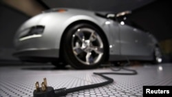 La voiture électrique de Chevrole, la Volt, au sommet de Detroit (Reuters)