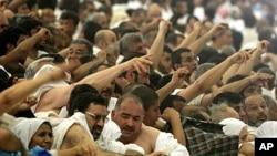 Musulmi masu aikin Haji na jifan shedan.