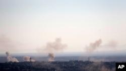 Asap dan ledakan dari pertempuran antara pasukan yang setia kepada Presiden Suriah Bashar Assad dan pemberontak terlihat di desa Jubata al-Khashab seperti yang tampak dari Dataran Tinggi Golan yang dikendalikan Israel, Minggu 11 September 2016.