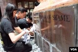 香港大學學生參與洗刷國殤之柱。(美國之音湯惠芸)