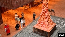 香港大學校園內紀念六四屠殺的國殤之柱雕塑也成為中國訪港旅客拍照的熱點。(美國之音湯惠芸)