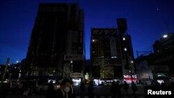 Lampu-lampu neon toko-toko elektronik di distrik Akihabara di Tokyo dimatikan untuk menghemat energi pada 2011. (Foto: Dok)