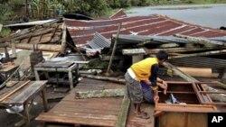 4일 태풍 '보파' 피해로 붕괴된 필리핀 부투안의 가옥.