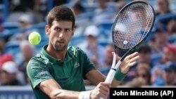 Novak Đoković u meču četvrtfinala turnira u Sinsinatiju protiv Miloša Raonića (Foto: AP/John Minchillo)