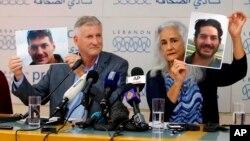 Marc dan Debra Tice, orang tua Austin Tice, yang hilang di Suriah sejak Agustus 2012, menunjukkan foto Austin dalam konferensi pers di Beirut, Lebanon, 20 Juli 2017.
