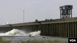 El gobernador de Luisiana, Bobby Jindal advirtió a los residentes que está llegando muchísima agua al área.